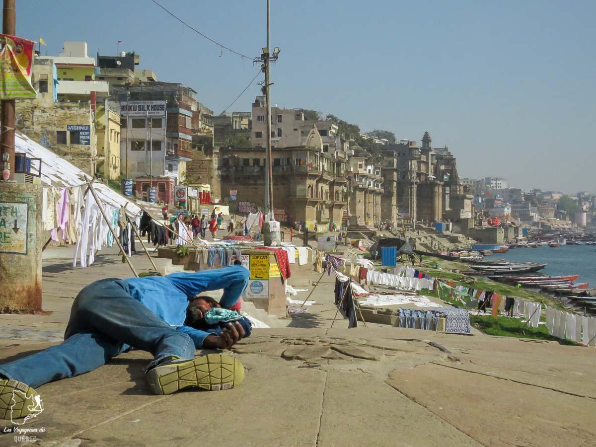 Scène de vie sur le bord du Gange à Varanasi en Inde dans mon article Varanasi en Inde : mon séjour émouvant dans la capitale spirituelle indienne #varanasi #benares #inde #india #voyage #asie #gange