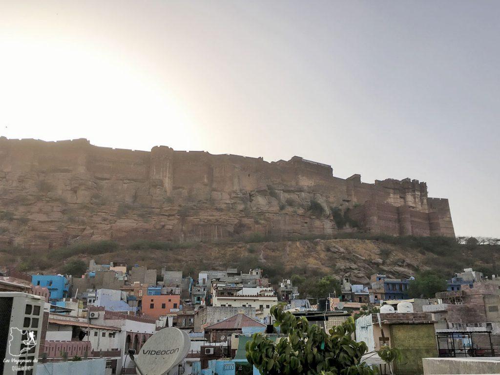 Vue de la terrasse de l'auberge de jeunesse HosteLaVie à Jodhpur au Rajasthan dans mon article Pourquoi choisir une chambre en dortoir dans une auberge de jeunesse #dortoir #aubergedejeunesse #backpacker #voyage #petitbudget