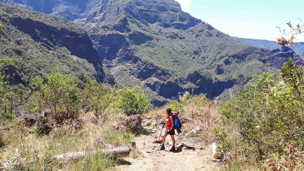 Sentier du col de Taïbit à la Réunion dans notre article Randonnée à l'île de la Réunion : Mon trek à l'île intense en groupe organisé #reunion #iledelareunion #voyage #randonnee #trek