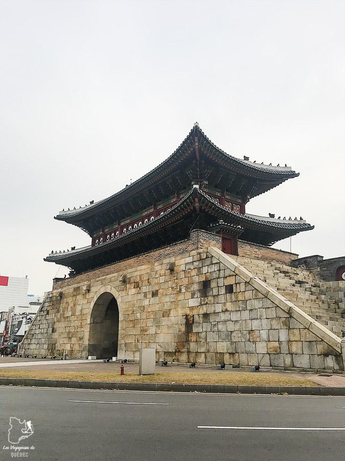 La porte de Paldalmun dans la ville de Suwon dans notre article Suwon et sa forteresse Hwaseong : Que faire dans cette ville de Corée du Sud #suwon #coreedusud #asie #voyage #hwaseong