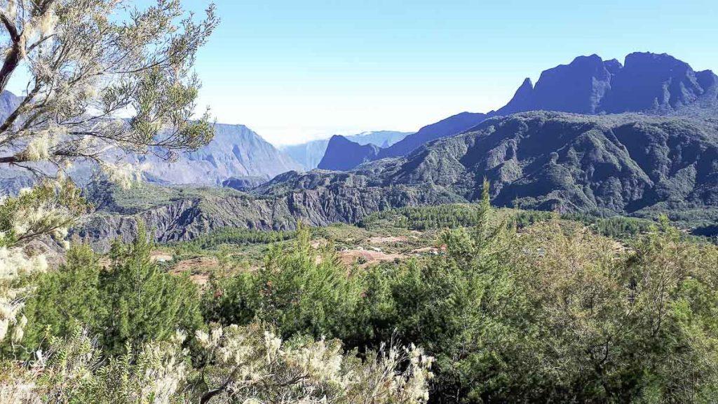 Vue sur Marla à la Réunion dans notre article Randonnée à l'île de la Réunion : Mon trek à l'île intense en groupe organisé #reunion #iledelareunion #voyage #randonnee #trek
