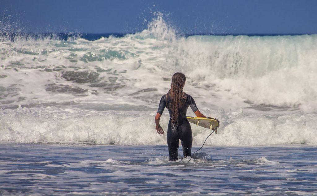 Leçon de surf en Équateur dans notre article Surf en Équateur : Mon expérience dans un camp de surf à Montañita #surf #equateur #campdesurf #montanita