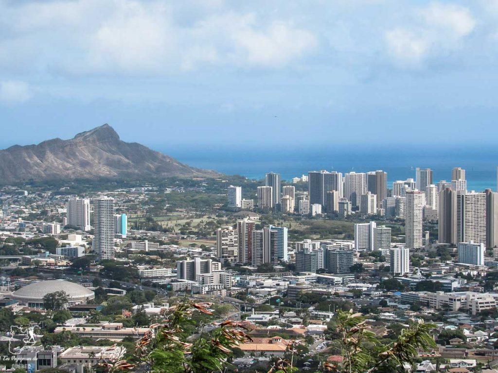 Vue sur Honolulu du sommet du Punchbowl Crater dans notre article Que faire à Honolulu sur l'île d'Oahu à Hawaii #oahu #honolulu #hawaii #hawaï #voyage