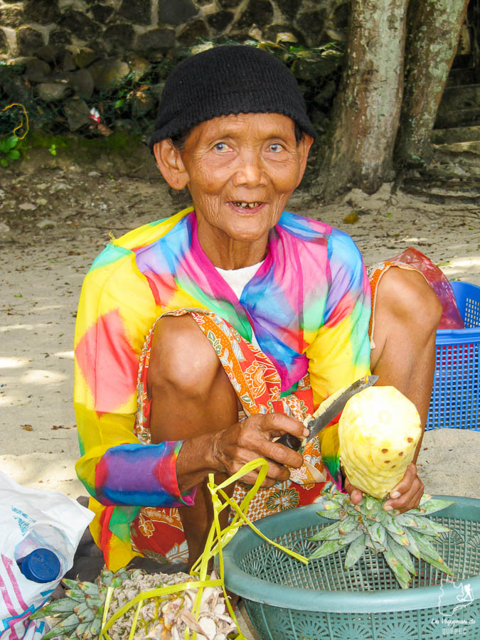 Vendeuse sur une plage de l'île de Java hors des sentiers battus dans notre article Autre regard sur l'île de Java en Indonésie : Un voyage à Java autrement #java #indonesie #voyage #horsdessentiersbattus #javaautrement #iledejava