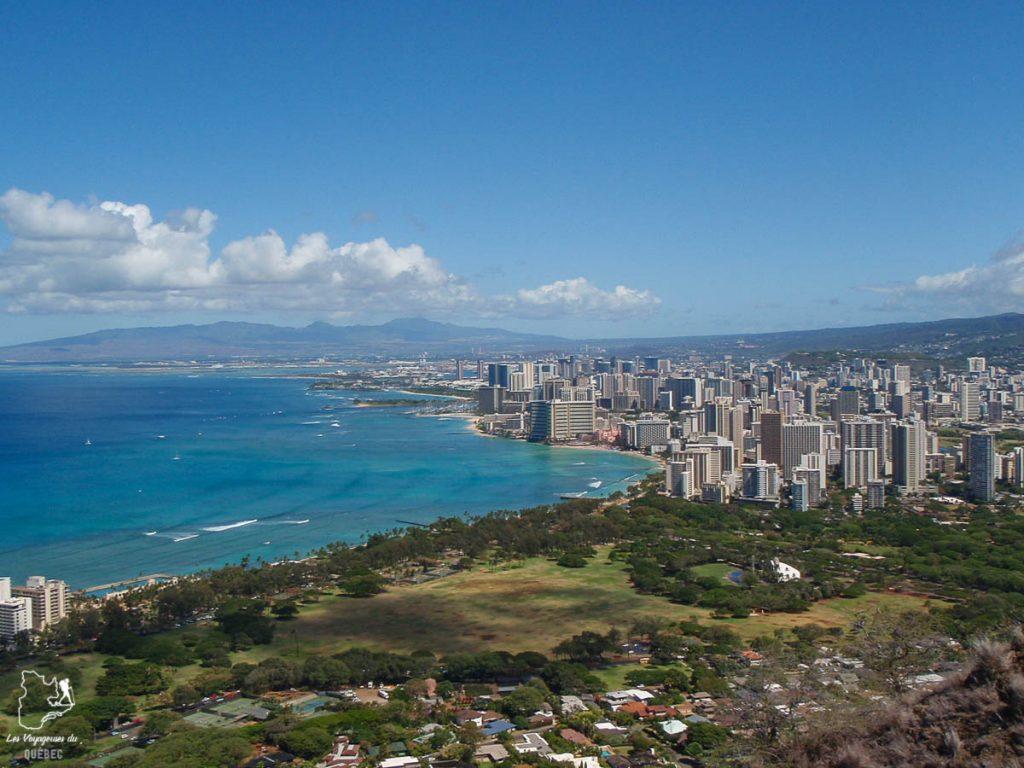 Vue de Diamond Head sur Waikiki à Hawaii dans notre article Waikiki à Hawaii en 10 coups de coeur : destination plage et surf d'Oahu #waikiki #hawaii #oahu #voyage #surf #plage