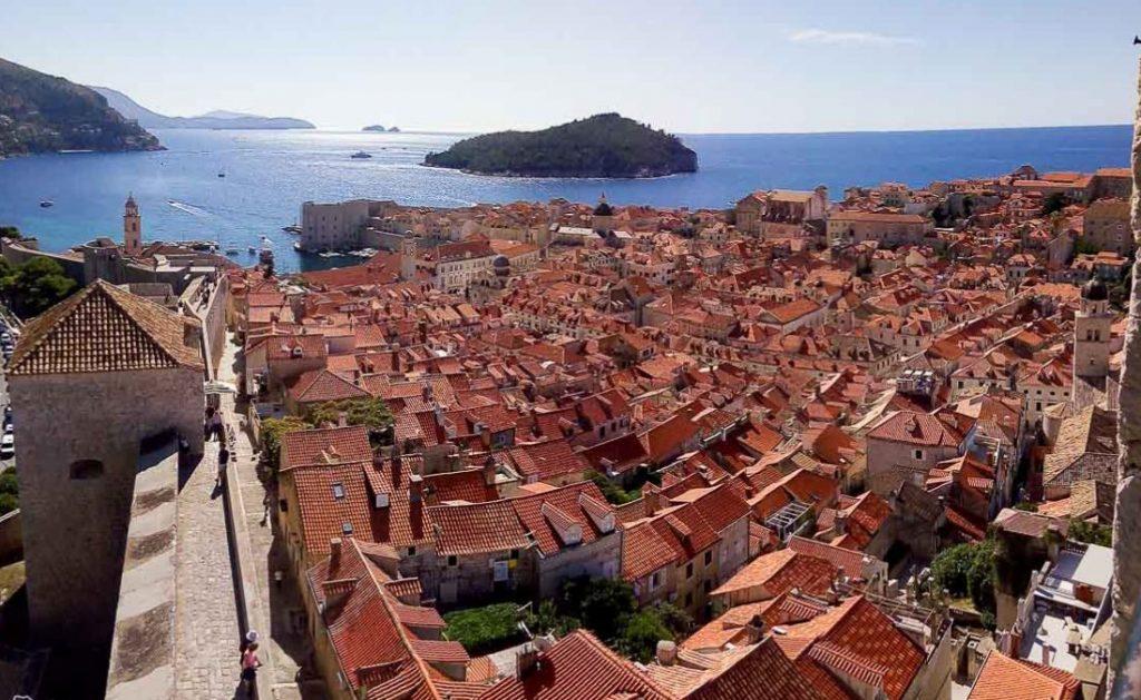 La ville de Dubrovnik et l'île de Lokrum dans notre article Visiter la Croatie : Où aller et que faire en Croatie entre Zadar à Dubrovnik #croatie #balkans #europe #voyage #dubrovnik