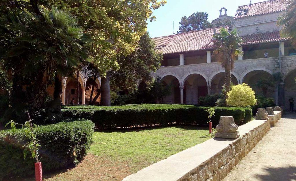 Abbaye bénédictine sur l'île de Lokrum dans notre article Visiter la Croatie : Où aller et que faire en Croatie entre Zadar à Dubrovnik #croatie #balkans #europe #voyage #dubrovnik