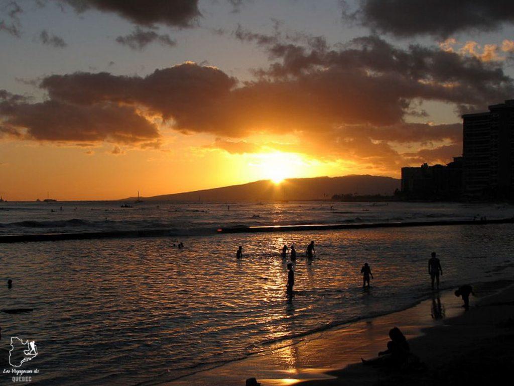 Coucher de soleil sur la plage de Waikiki à Hawaii dans notre article Waikiki à Hawaii en 10 coups de coeur : destination plage et surf d'Oahu #waikiki #hawaii #oahu #voyage #surf #plage