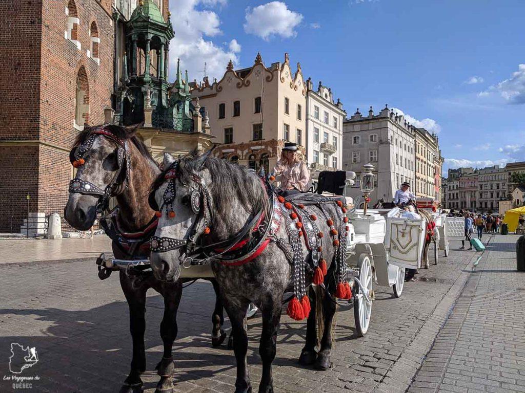 La place du marché, Rynek Glowny, de Cracovie dans notre article Que faire en Pologne et voir : Itinéraire de 2 semaines à visiter la Pologne #pologne #voyage #europe #itineraire #cracovie