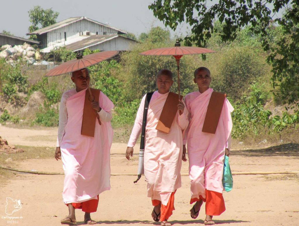 Bonzesses rencontrées lors d'un voyage au Myanmar dans notre article Voyage au Myanmar : Mes expériences et lieux à visiter au Myanmar #myanmar #birmanie #asie #voyage #itineraire #moine