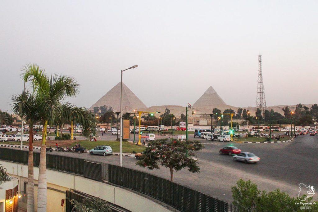 Pyramides de Gizeh vues de l'hôtel dans notre article Le Nil en Égypte : Mon voyage découverte du Nil en train #egypte #nil #afrique #train #voyage