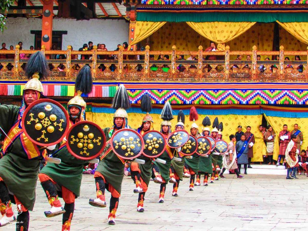 Danseurs lors du festival de Punakha dans notre article Visiter le Bhoutan : Voyage dans ce petit royaume enchanteur hors du temps #bhoutan #asie #voyage