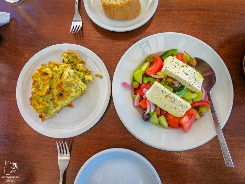 La salade grecque, met de la cuisine en Grèce dans notre article La cuisine grecque : 10 expériences culinaires à vivre en Grèce #grece #cuisine #cuisinegrecque #culinaire #experiencesculinaires #voyage #europe #nourriture