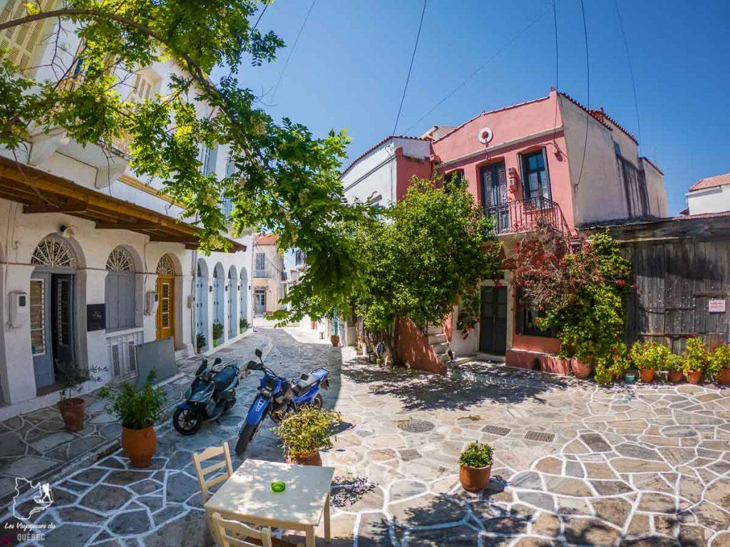 Repas sur une terrasse de Chálki en Grèce dans notre article La cuisine grecque : 10 expériences culinaires à vivre en Grèce #grece #cuisine #cuisinegrecque #culinaire #experiencesculinaires #voyage #europe #nourriture