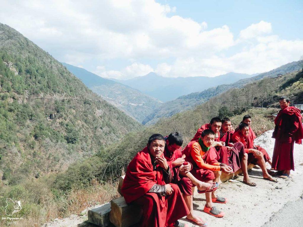 Moines et religion bouddhiste au Bhoutan dans notre article Visiter le Bhoutan : Voyage dans ce petit royaume enchanteur hors du temps #bhoutan #asie #voyage