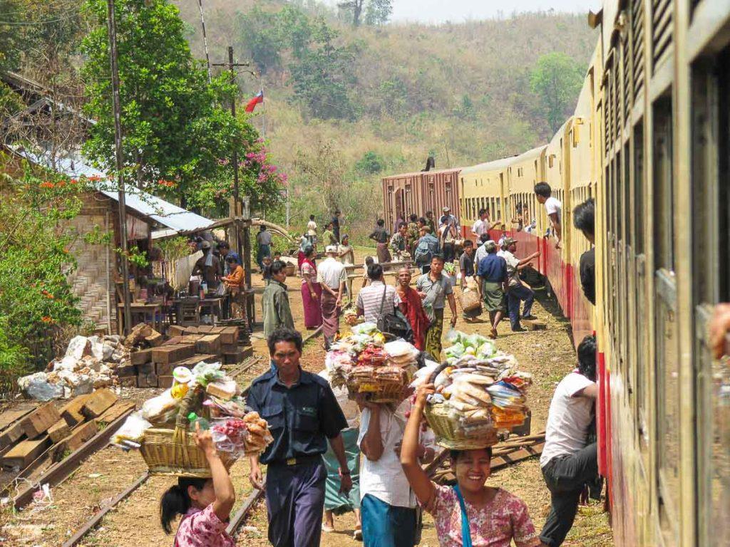 Que faire au Myanmar? Le train du viaduc de Gokteik dans notre article Voyage au Myanmar : Mes expériences et lieux à visiter au Myanmar #myanmar #birmanie #asie #voyage #itineraire #Gokteik #train
