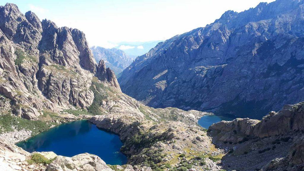 Lac de Melo et Lac Capitello sur le sentier de randonnée du GR20 en Corse dans notre article Faire le Gr20 en Corse : Tout savoir sur cette longue randonnée en Corse #corse #GR20 #France #voyage #trek #randonnee