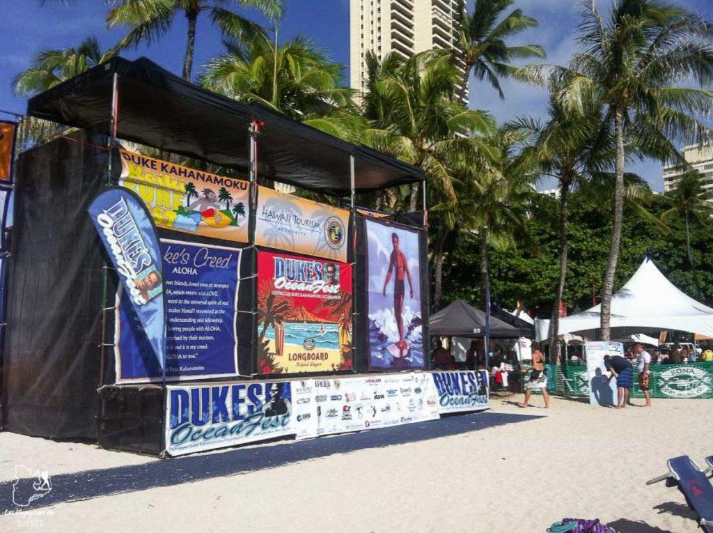 Compétition sur Queens surf break, meilleure vague de Waikiki dans notre article Le surf à Oahu : Mes plus beaux spots de surf sur cette île d'Hawaii #surf #oahu #waikiki #usa #voyage #spotdesurf