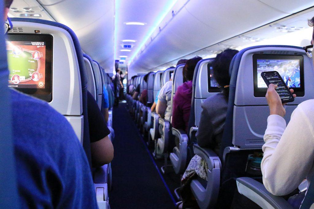 Se divertir pour survivre à un long voyage en avion dans notre article Vol long courrier : 9 conseils pour survivre à un long voyage en avion #vol #avion #longvol #vollongcourrier #voyage