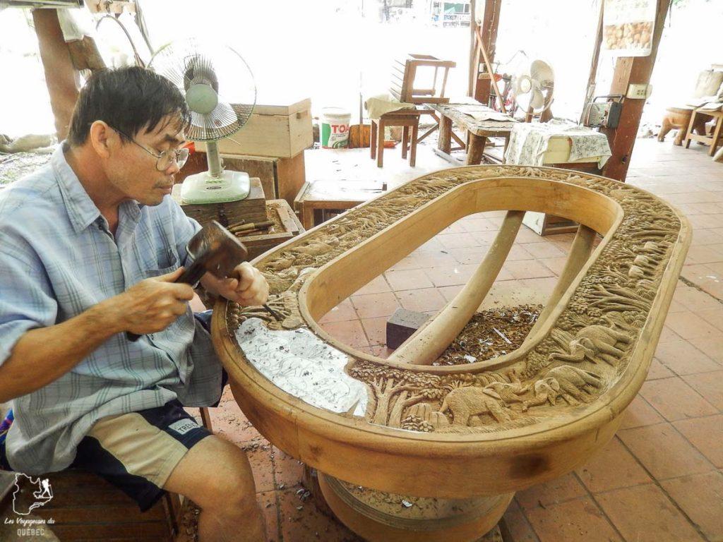 Un artisan à l'oeuvre en Thaïlande rencontré lors de mon tour du monde d'un an dans notre article Mon tour du monde d'un an à 50 ans : le voyage d'une vie #tdm #tourdumonde #voyage #voyageunan #senior