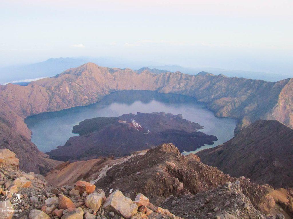 Lac Segara Anak au creux du volcan Senaru lors du trekking sur le volcan Rinjani à Lombok dans notre article Trekking au Rinjani : Mon ascension du volcan Rinjani à Lombok en Indonésie #rinjani #volcan #trekking #randonnee #lombok #indonesie