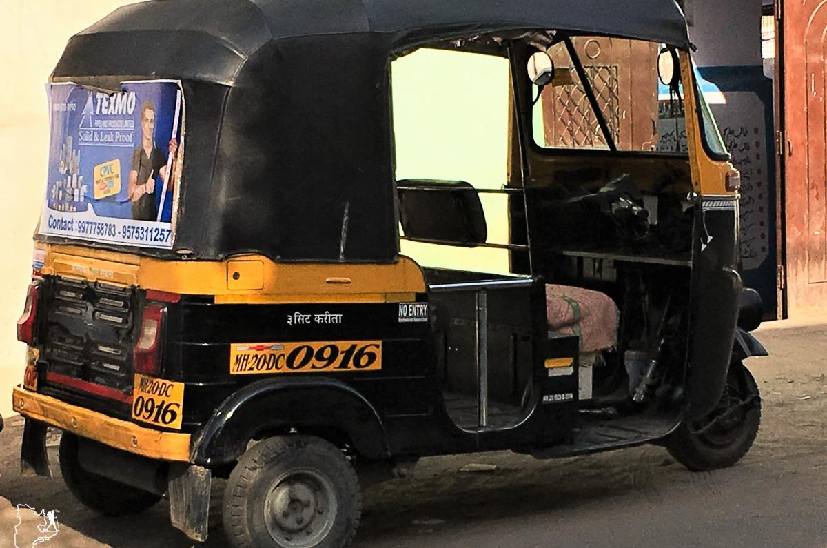 Le tuk-tuk, un moyen de transport dans les villes de l'Inde dans notre article Bus et train en Inde : Démystifier la réservation de train en Inde et de bus #train #bus #inde #voyage #transport #sedeplacer