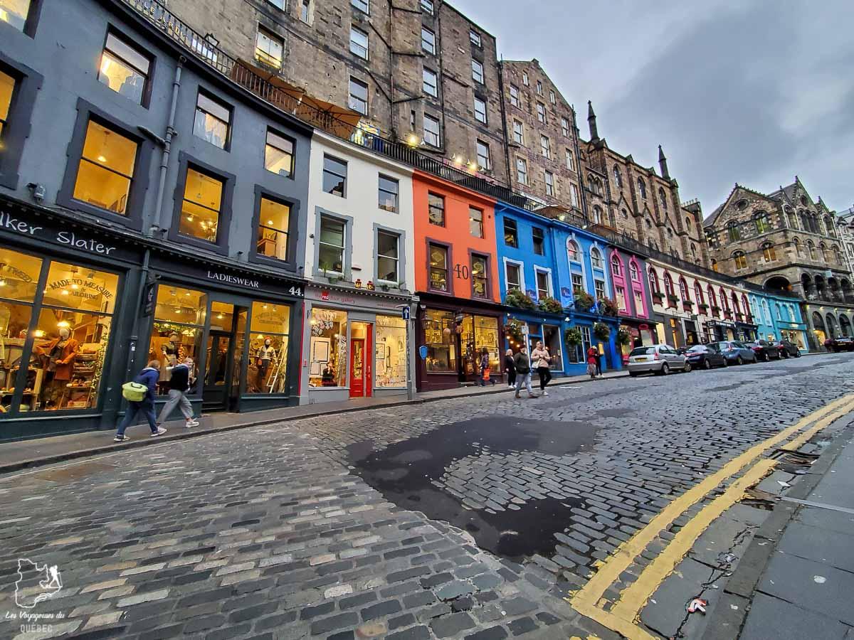 Victoria Street à Edimbourg dans notre article Road trip en Écosse : Une semaine de road trip sportif et gastronomique #ecosse #roadtrip #europe #grandebretagne #royaumeunis #voyage