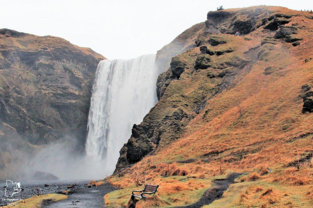 La chute Skogafoss, un incontournable à visiter en Islande dans notre article Visiter l'Islande : quoi faire et voir en 4 jours seulement #islande #europe #voyage
