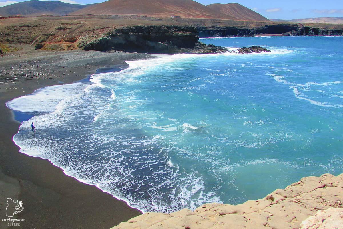 Plage de sable noir du village de Ajuy à Fuerteventura dans notre article Visiter Fuerteventura : petit paradis des îles Canaries en Espagne #Fuerteventura #canaries #espagne #voyage #ile