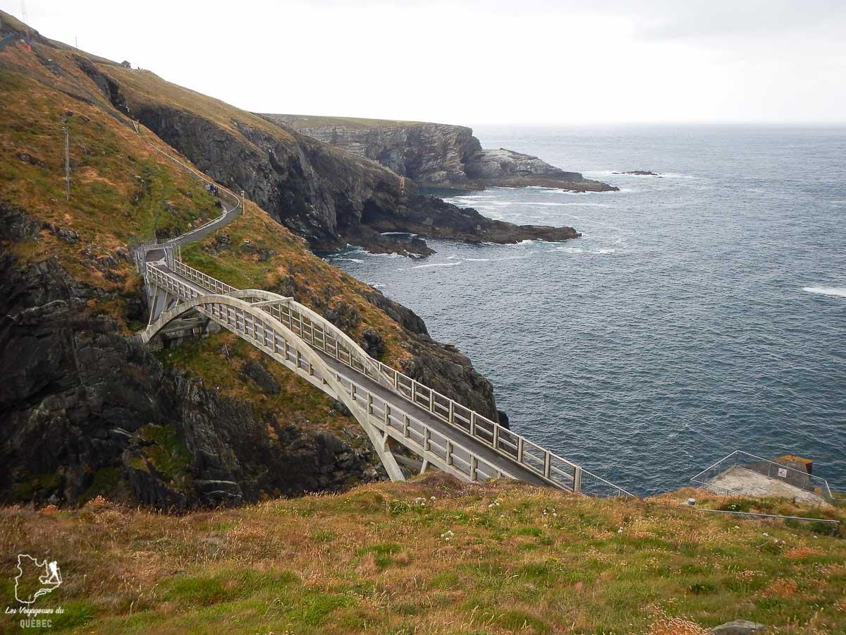 Mizen Head qui se jette dans l'Atlantique en Irlande dans notre article Road trip en Irlande : 3 semaines de road trip en couple à travers l'Irlande #irlande #irlandedunord #roadtrip #circuit #europe #voyage