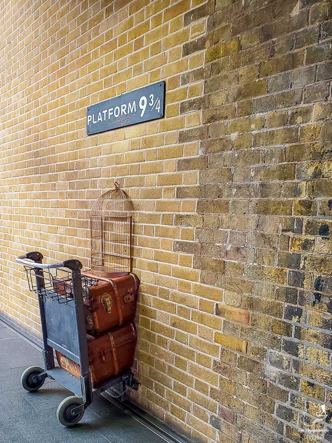 La plateforme 9 3/4 dans Harry Potter à Kings Cross à Londres dans l'article Visiter Londres : que faire et que voir avec un petit budget #londres #pascher #angleterre #royaumeunis #voyage #europe