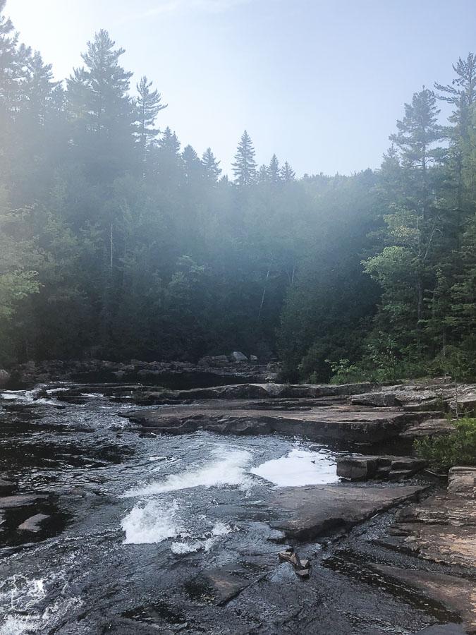 Rafraîchissement à la Rivière Swaggin lors de la randonnée dans Lanaudière dans Lanaudière dans notre article Randonnée dans Lanaudière : 100 km sur le sentier national (sentier de la Matawinie) #randonnee #lanaudiere #matawinie #sentiernational #quebec #canada