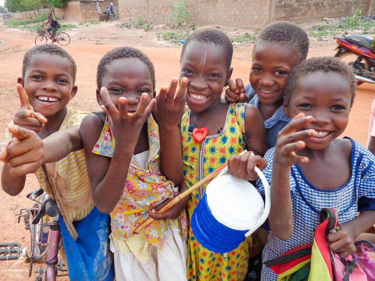 Des enfants au Burkina Faso dans notre article Mon voyage au Burkina Faso : Que faire et visiter en 10 incontournables #burkinafaso #afrique #voyage