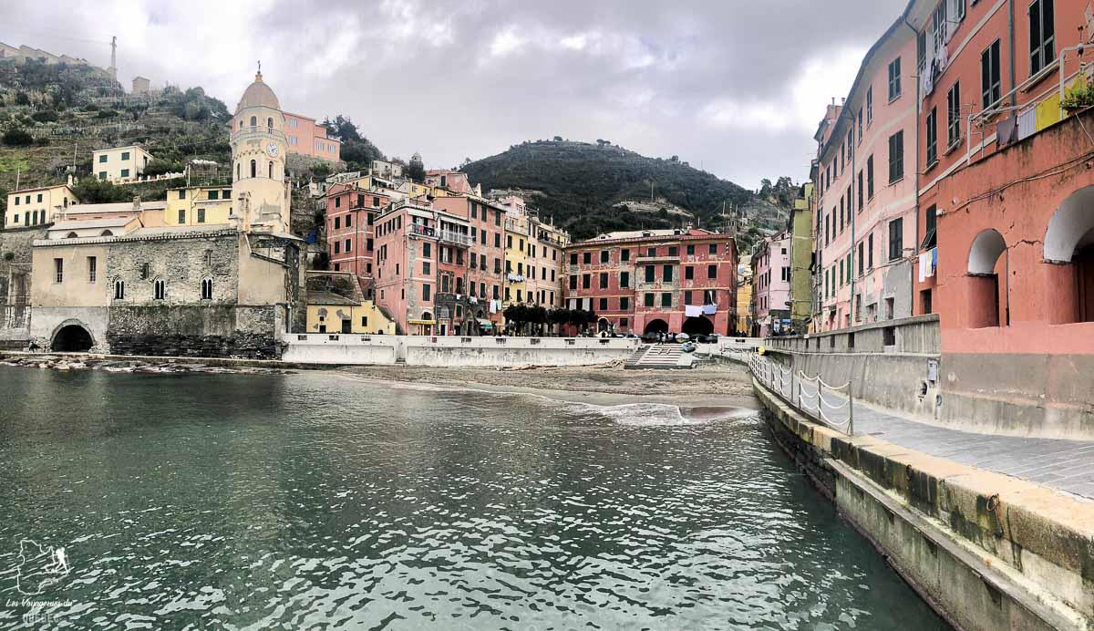 Vue sur le village de Vernazza en Italie dans notre article Visiter les Cinque Terre en Italie avec ses charmants villages colorés #cinqueterre #italie #ligurie #voyage #europe